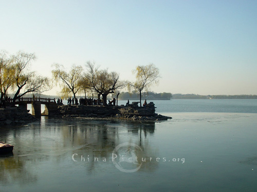 In winter,the lake water often freezes and skaters can try their skills on the ice.(Kunming Lake, Summer Palace, Beijing)