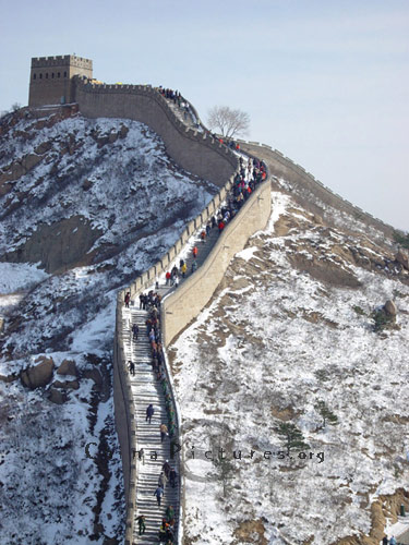 Climbing Great Wall in snowy weather must be a kind of adventure.
