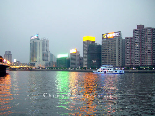 Night on the Zhujiang River.