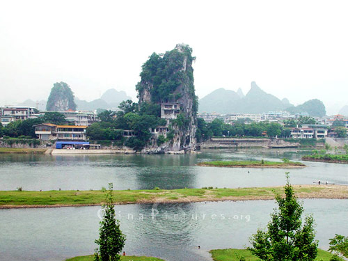 Fubo Hill, standing on the shore of the Li River [Li Jiang], is a feature to be found to the northeast of Guilin city center.