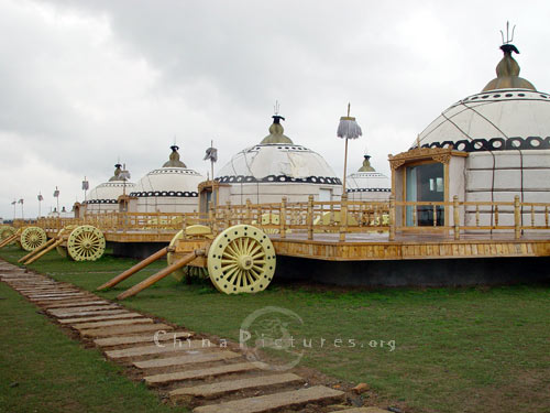 The deluxe chariot yurts on the grassland are quite comfortable and convenient to live in.