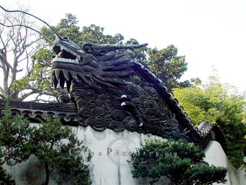A huge dragon crouching on the top of a wall in Yuyuan Garden