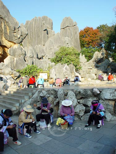 The handicraft made in the Yunnan Stone Forest is popular with the tourists.
