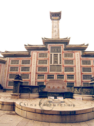 The main building of tomb is made of red bricks, white stones and glazed tiles. People built it to memorize Mr. Tan Kah-Kee, a famous overseas Chinese leader who devoted himself wholly to education.