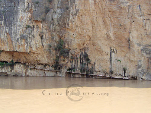 The ancient plank way is submerged in the mighty torrent of ChangjiangRiver.