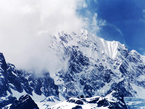 The mountain is covered by thick snow throughout the year, hence its name.