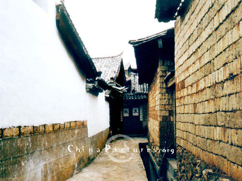 The streets in Lijiang old town are very clean.